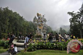 Masyarakat Bali dan wisatawan kunjungi kebun raya Bedugul