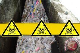 Limbah medis berbahaya berserakan di drainase