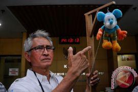 Pong Harjatmo gantung boneka tikus di KPK