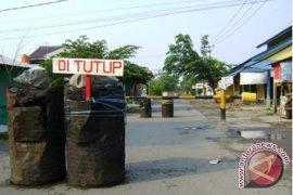 Warga Tutup Jalan Milik PT Conch