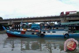 Kapal Nelayan Belitung Kandas di Muara Sungailiat