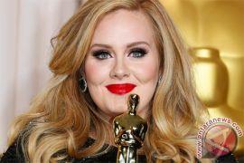 Adele mendapat hadiah dari Ratu Elizabeth