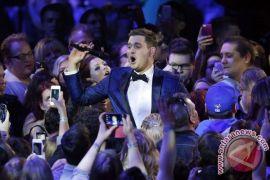 Michael Buble di puncak tangga Billboard