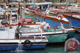 Nelayan Sadeng tetap melaut meskipun gelombang tinggi