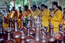 Umat Buddha Ikuti Detik Waisak di Mendut