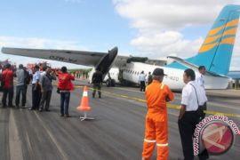Bandara El Tari Kupang dibuka setelah landasan pacu dibersihkan