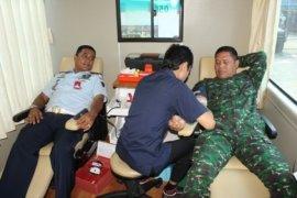 Seratus anggota Yonif Linud 305 donorkan darah