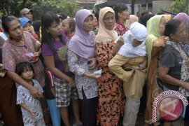 Polresta Tangerang bagikan sembako  ke warga Mauk