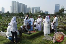 Lebaran kedua, makam di Jakarta masih dikunjungi peziarah