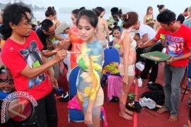 "Wisman Ikut Serta ""Body Painting"" Nusa Dua Fiesta"