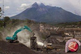 Gunung Merapi embuskan asap letusan freatik