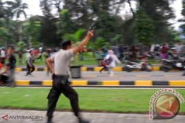 POLISI LEPASKAN TEMBAKAN BUBARKAN MASSA DI ACEH
