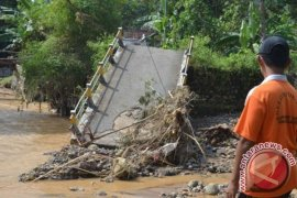 Tiga jembatan penghubung desa putus akibat banjir