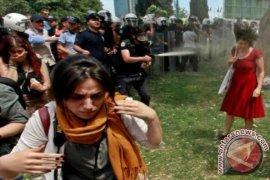 Polisi Terancam Dipenjara Karena Semprotkan Gas Air Mata Ke Perempuan