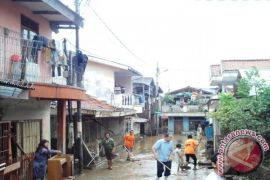 Banjir surut, warga Rawajati enggan bersihkan rumah