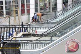 Petugas evakuasi balita terjepit eskalator di Pusat Grosir Surabaya