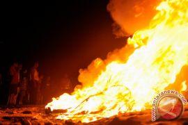 Kebakaran tumpukan ban di Tanah Abang dipadamkan
