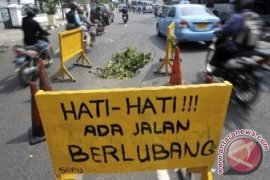Hati-hati ada aspal amblas di Jalan Kartini Bekasi