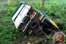 Truk masuk jurang di Jalinsum Padangpanjang - Bukittinggi