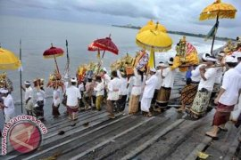 "Pasca-Nyepi, wisatawan laksanakan ""Banyupinaruh"" di Pantai Kerobokan-Buleleng"