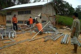 Warga Desa Permit Nikmati Pembangkit Listrik Tenaga Surya