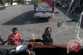 Hindari pelemparan, polisi bersenjata kawal bus penumpang