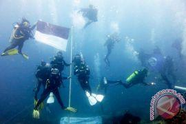 Marinir-Brimob kibarkan Merah Putih di dalam laut