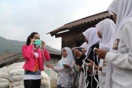 Puteri Indonesia beri bantuan warga Gunung Slamet
