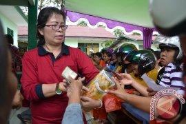Pasar Murah Disperindag Kalbar Diserbu Ratusan Ibu-Ibu Sekadau