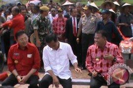 Masyarakat Landak Curhat Soal Harga Karet Murah ke Jokowi