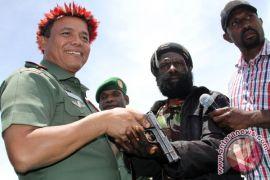 Mantan aktivis OPM serahkan lima senjata api dan gabung NKRI