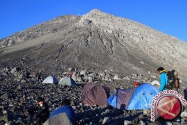 Mount Merapi spews hot cloud six times on Monday