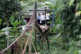 Mendikbud Bawa Korban Jembatan Runtuh Ke RS