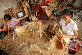 Pengrajin anyaman bambu Pedawa kewalahan penuhi permintaan