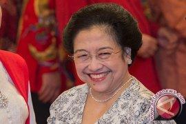 Megawati Berikan Tumpeng Kepada Presiden dan Wapres