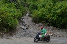 Akses jalan dua ribu jiwa di Kabupaten Solok Selatan terputus  longsor