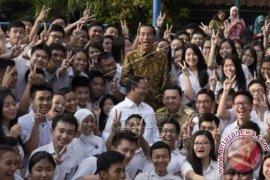 "Jokowi Tinjau Ujian Nasional, Pelajar Minta ""Selfie"""