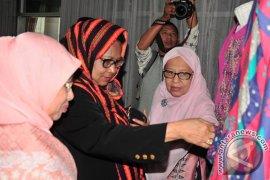 Menteri Yohana Kunjungan Pengrajin Korban Konflik