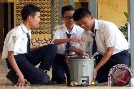 Pelajar Jember ciptakan robot tempat sampah