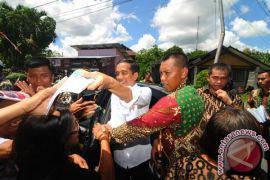Jokowi beli buku Dee Lestari di Ambon
