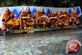 Puluhan Biksu Ambil Air Berkah di Umbul Jumprit Jelang Waisak