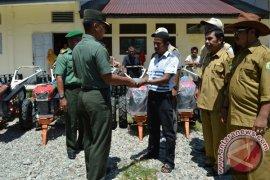 Pemkab Aceh Barat bagikan mesin bajak sawah