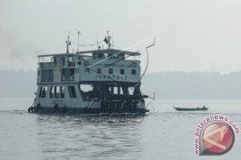 Petugas Pelabuhan Gresik Bantu Tangani Kecelakaan Kapal