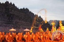 Para biksu doa matahari terbit di Borobudur