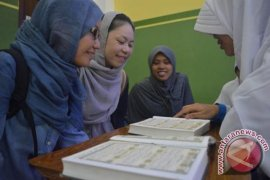 Dua Mahasiswi Jepang Belajar Quran di SMP Luqman Hakim Surabaya