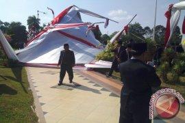 Tenda upacara HUT RI di kantor Gubernur roboh