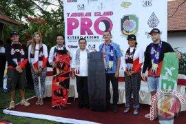 Puluhan Peselancar Berbagai Negara Berlaga di Banyuwangi