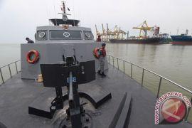 TNI AL bagikan jaket pelampung kepada awak kapal