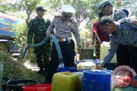 TNI-Polri bantu penyaluran air bersih ke wilayah kekeringan di Bangkalan