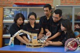 Mahasiswa UKWM Surabaya Ciptakan Robot Hidrolik 'Handmade'